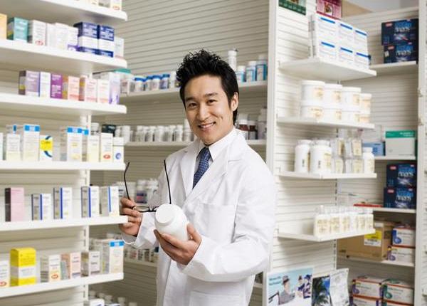 <center><em>Sinh viên ngành Dược thực tập tại nhà thuốc</em></center>